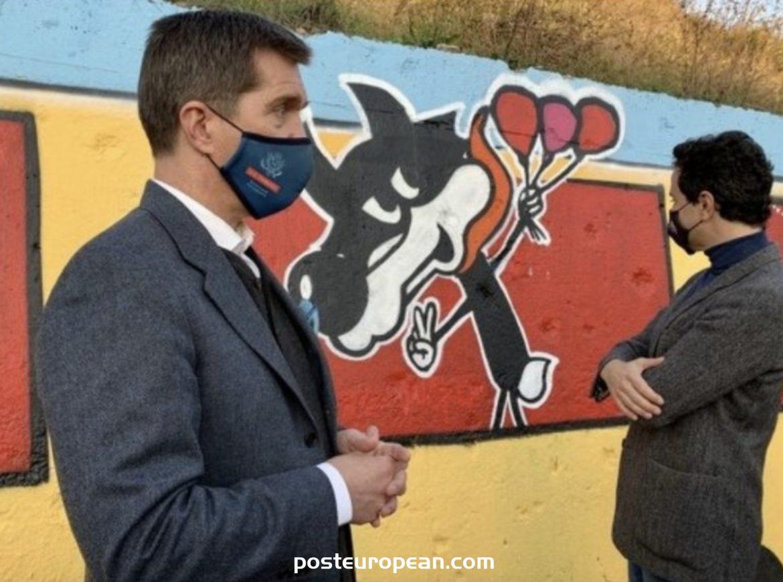 美國大使向壁畫贈送薩拉熱窩和東薩拉熱窩學生的繪畫