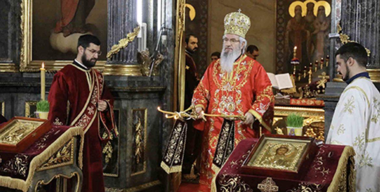 Sumadija主教在貝爾格萊德的聖天使長邁克爾大教堂慶祝神聖禮拜儀式