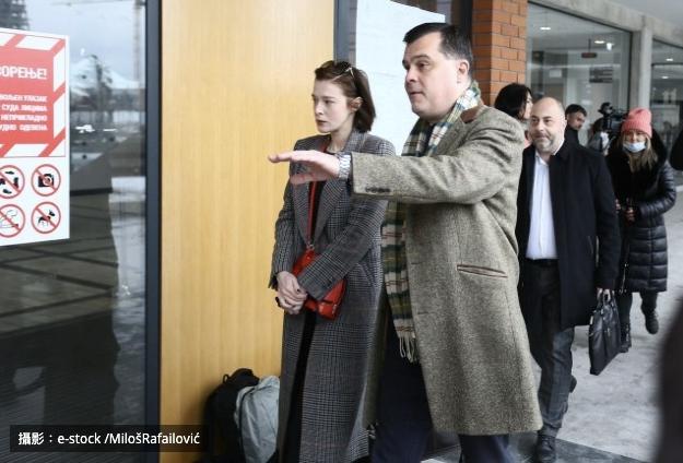 女星米麗娜·拉杜洛維奇(Milena Radulovic)到達司法宮發表有關強姦指控的聲明