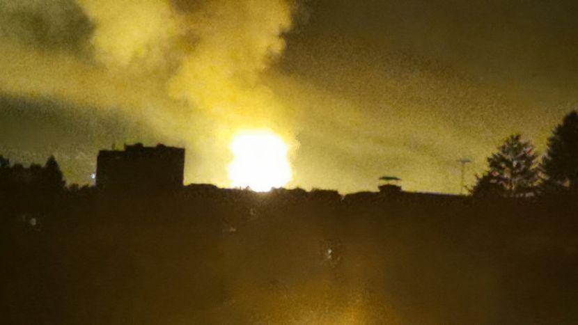 斯洛博達工廠發生新的爆炸和火災,工廠場地上方冒煙