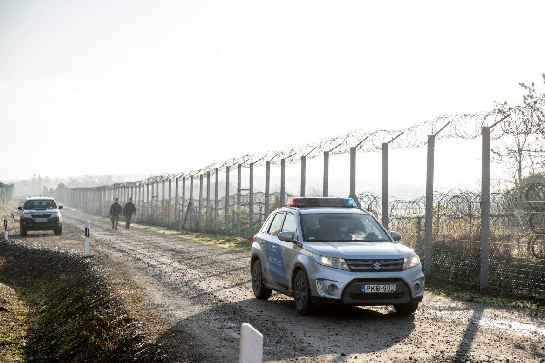 非法移民在塞爾維亞邊境向警察投擲石塊